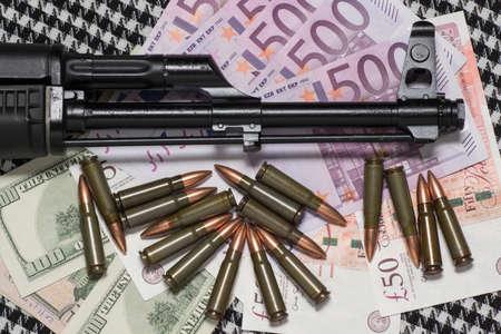 Guns and Money 版權商用圖片