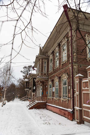 Tomsk / Russia - November 5, 2020. Old wooden building in Tomsk with on a cloudy day 新聞圖片