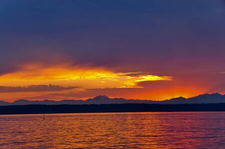 puget sound: Bel tramonto sul Puget Sound, con le montagne olimpiche sullo sfondo