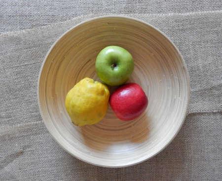 pomme: une pommes rouge une pomme verte et un coing dans une terrine