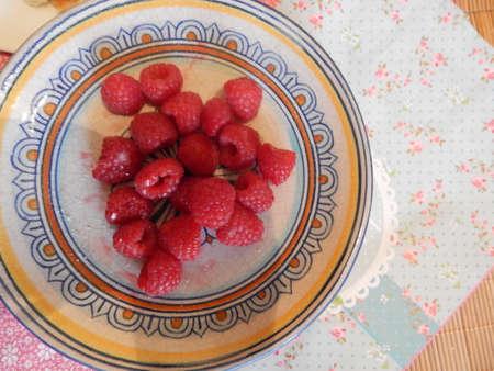 Framboises fraiches sur assiette Ancienne normande fruits rouges Banque d'images - 67646791
