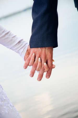 手に手を。結婚式のカップル 写真素材