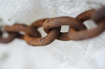 抽象的な厚い金属チェーン古くてさびた奴隷メタファー 写真素材