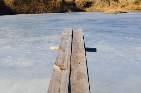 springboard: voladizo trampolín de madera sobre agua helada