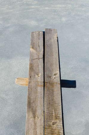 springboard: voladizo trampol�n de madera sobre agua helada