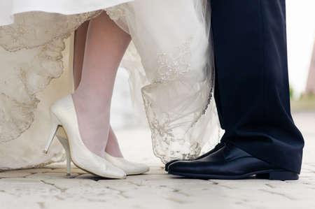 新郎新婦の結婚式の靴。顔を立っています。
