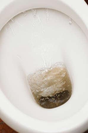 toilet sink: blanco lavabo inodoro con agua corriente