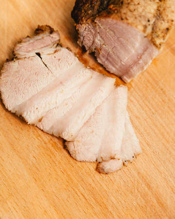 nourishing: cortar la loncha de bacon carne. La comida nutritiva