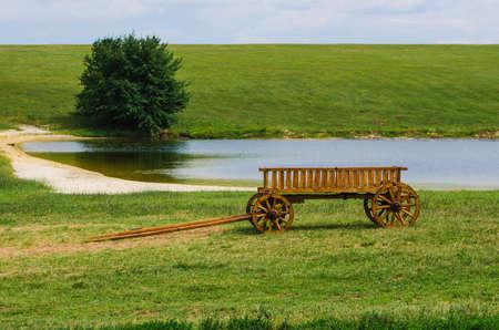 carreta madera: viejo vagón de madera en una vista del paisaje Foto de archivo