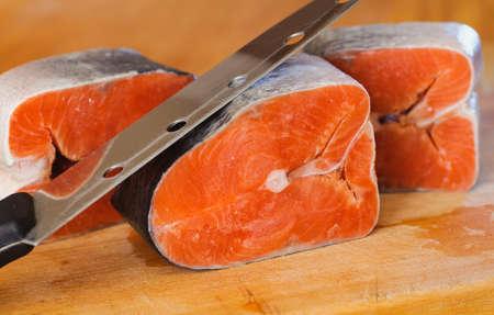 manjar: pedazos rojos congelados de pescado rojo. delicadeza comida kosher