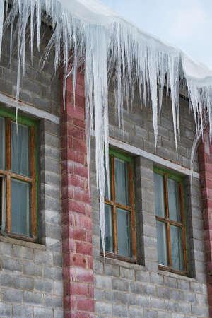 big icicles hanging on a roof 版權商用圖片