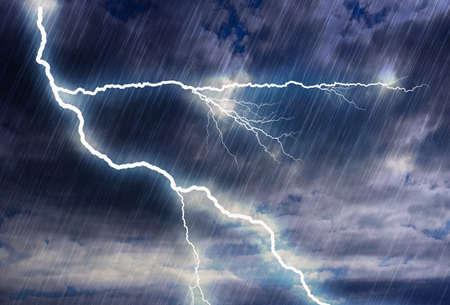 Regensturmhintergründe mit Blitz bei bewölktem Wetter. Dies ist eine Illustration, kein Foto. Rendern von Photoshop-Filtern Standard-Bild