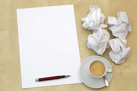 eine Schreibtisch mit leeren Papierseiten, zerknülltem Papier und einer Tasse Espresso, desktop with empty paper sheets, crumpled paper and an cup with espresso