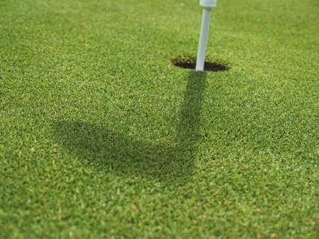 Golfrasen mit Loch und Fahne, golf place with hole and flag