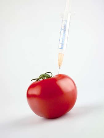 tomato with syringe, Tomate mit einen Spritze
