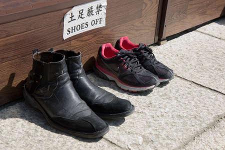 usunięta: Buty usunięty przez ludzi odwiedzających japoński świątyni Zdjęcie Seryjne