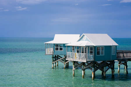 zancos: Hotel caba�as sobre pilotes en el mar de pie Foto de archivo