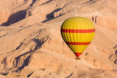 weightless: Globo de aire caliente, volando sobre el Valle de los Reyes, en Egipto