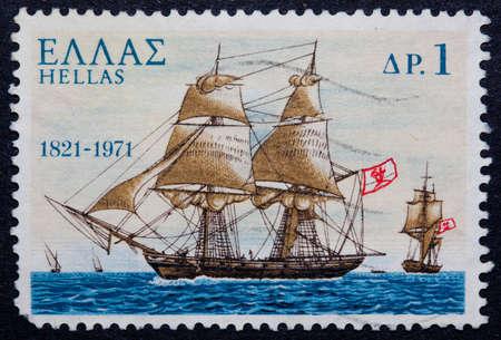 timbre postal: Un sello griego candidaturas mostrando un barco con velas Foto de archivo