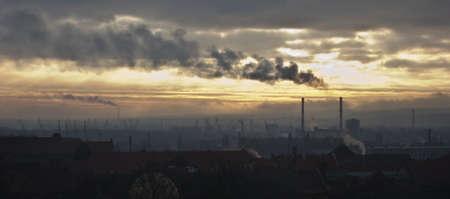 paesaggio industriale: Fumo fluttuanti su un paesaggio oscuro industriale
