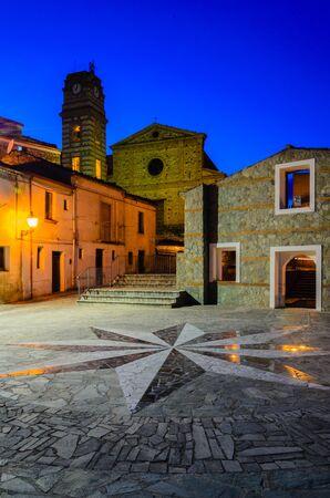 rosa vientos: La rosa de los vientos en una plaza iluminada por farolas en Cerchiara di Calabria Foto de archivo
