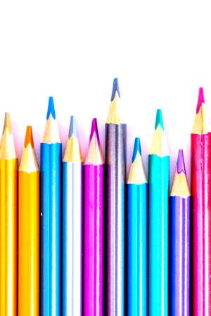 Stellen Sie schöne weiße, farbige Bleistifte von farbigen Bleistiften auf weißem Hintergrund ein. Bald zur Schule. Zurück zur Schule