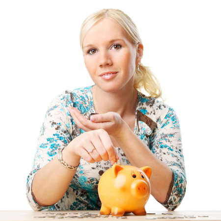 dolar: Retrato de una mujer de ahorro de su dinero en la hucha. Aislado sobre fondo blanco.