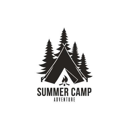 Aventura en el bosque, Summer Camp Insignia en blanco y negro Vector Logo Template Foto de archivo - 90417475