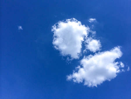 leisurely: white clouds in the blue sky