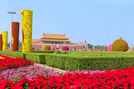 Bloemen bloeien op het Tiananmen-plein tijdens de nationale feestdag in 2017 Redactioneel