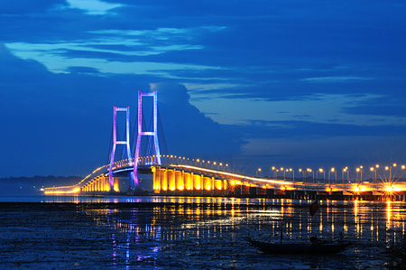 Surmadu bridges that connect Surabaya, Java island  and Madura island 版權商用圖片