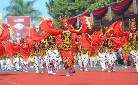 ethno: Banyuwangi Gandrung Dancers perform at Banyuwangi Ethno Carnival parade 2013 in Banyuwangi, East Java, Indonesiaon on September 7, 2013.