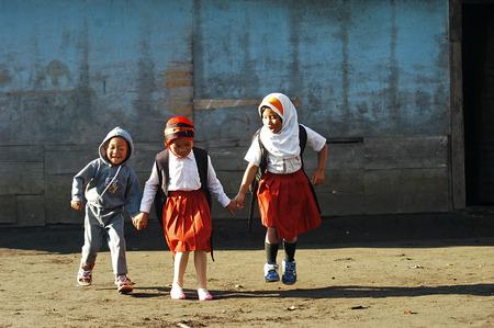 Kinderen spelen in de tuin Tengger stam, dorp Ranupane, Lumajang, Oost-Java, Indonesië. Foto genomen op 20 mei 2009.