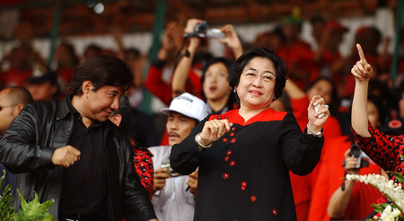sukarno: Indonesian President to four, Megawati Sukarno Putri dancing with her brother, Guruh Soekarno Putra in the campaign in Surabaya, East Java, Indonesia. Photo taken on April 1th, 2004. Editorial