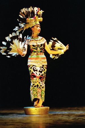 ini: Enggang dancer prom Suku Dayak Kalimantan, Indonesia performents at the opera house ini Cak Durasim, Surabaya, East Java Indonesia