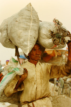 landfills: Search trash in landfills Benowo, Surabaya, Indonesia. Photo taken on: July 20th, 2006