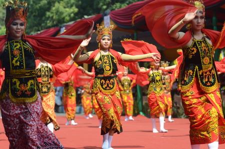 ethno: Banyuwangi Gandrung Dancers perform at Banyuwangi Ethno Carnival parade 2013 in Banyuwangi, East Java, Indonesiaon on September 7, 2013.