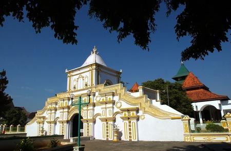 Madura,东爪哇,印度尼西亚清真寺中清真寺中的盖茨之一