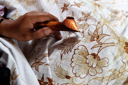 Het schilderen van waterverf op de stof om batik te maken maakt deel uit van de Indonesische cultuur