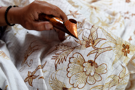 Watercolor painting on the fabric to make batik is part of Indonesian culture 免版税图像