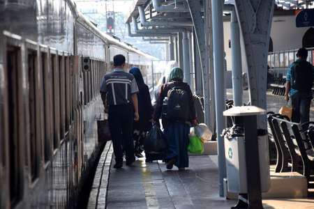 Jakarta, Indonesia - July 25, 2019: Passengers walk to the train car at the departure of the Pasar Senen train station in central Jakarta, Indonesia 新聞圖片