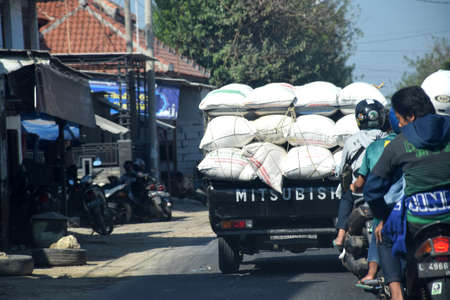 The atmosphere of the highway and freight cars passing Jalan Raya Bangkalan - Pamekasan, Madura, East Java, Indonesia on June 20, 2020 新聞圖片