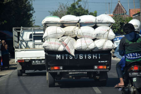 The atmosphere of the highway and freight cars passing Jalan Raya Bangkalan - Pamekasan, Madura, East Java, Indonesia on June 20, 2010 新聞圖片