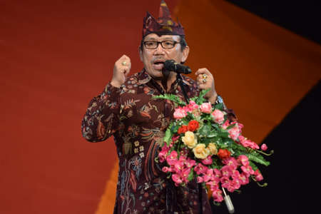 A man makes a speech wearing a typical Surabaya outfit at the Banyuwangi traditional art performance at the Surabaya Arts Building, East Java, Indonesia on April 18, 2015. 報道画像
