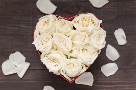 rosas blancas: Rosas blancas flores están en el cuadro de corazón.