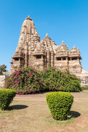 khajuraho: Templo adornado de piedra arenisca de Khajuraho, India