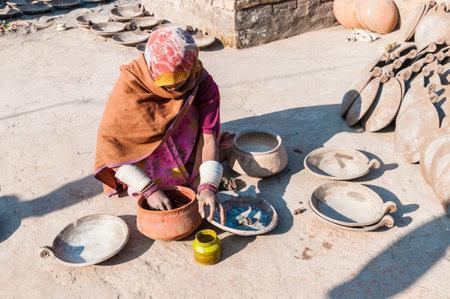 alfarero: Una mujer india que pintó macetas en una cerámica, India