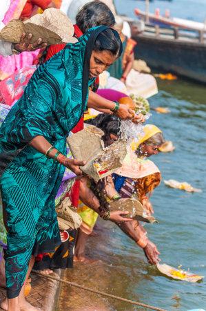mujeres orando: Indios celebran un ritual hindú en el río Ganges, Varanasi, India