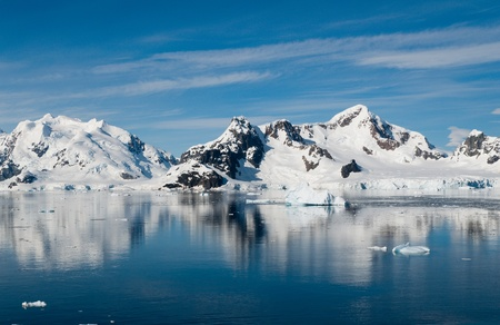 Vista de los picos de las montañas en Bahía Paraíso la Antártida Foto de archivo
