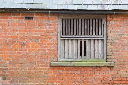 weather beaten: Meteo battuto finestra cornice di legno in un annesso agricolo